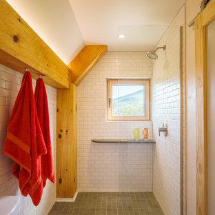 Foto de cuarto de baño principal, rústico, pequeño, con ducha empotrada, sanitario de dos piezas, baldosas y/o azulejos blancos, baldosas y/o azulejos de porcelana, paredes blancas, lavabo encastrado, encimera de madera, suelo verde, ducha abierta y encimeras marrones