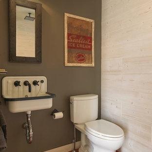 Diseño de cuarto de baño rústico con paredes verdes, suelo de baldosas de terracota, lavabo suspendido y suelo marrón