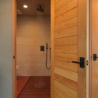 На фото: ванные комнаты среднего размера в стиле рустика с душем без бортиков, зелеными стенами, полом из терракотовой плитки, подвесной раковиной, бежевой плиткой, керамогранитной плиткой и открытым душем