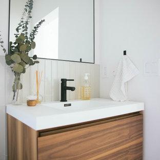Esempio di una stanza da bagno nordica con piastrelle bianche e piastrelle di vetro