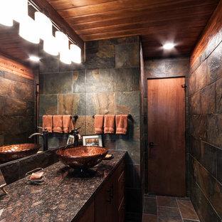 他の地域の中サイズのラスティックスタイルのおしゃれな浴室 (フラットパネル扉のキャビネット、中間色木目調キャビネット、一体型トイレ、スレートタイル、スレートの床、ベッセル式洗面器、御影石の洗面台、マルチカラーのタイル、マルチカラーの壁、マルチカラーの床) の写真