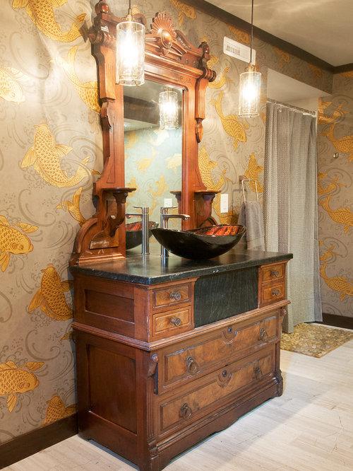 Einrichtungsidee Für Mittelgroße Mediterrane Duschbäder Mit Verzierten  Schränken, Hellbraunen Holzschränken, Duschnische, Wandtoilette Mit