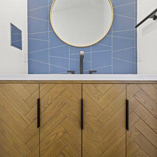 Bild på ett litet retro vit vitt en-suite badrum, med möbel-liknande, skåp i ljust trä, en dusch i en alkov, en toalettstol med hel cisternkåpa, vita väggar, klinkergolv i porslin, ett integrerad handfat, bänkskiva i akrylsten, svart golv och dusch med gångjärnsdörr