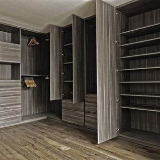 Immagine di una stanza da bagno moderna con piastrelle effetto legno