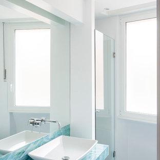 Modernes Badezimmer En Suite mit türkiser Waschtischplatte in Rom