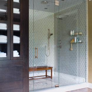 Imagen de cuarto de baño tradicional renovado con baldosas y/o azulejos verdes, baldosas y/o azulejos de cerámica y ducha empotrada