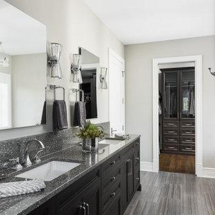 Imagen de cuarto de baño principal, tradicional renovado, con armarios estilo shaker, puertas de armario negras, baldosas y/o azulejos grises, suelo de baldosas de porcelana, suelo gris, encimeras grises, paredes grises y lavabo bajoencimera