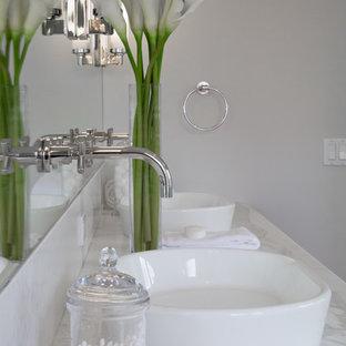 Immagine di una grande stanza da bagno padronale country con ante bianche, doccia ad angolo, pareti grigie, lavabo a bacinella, top in marmo e top bianco