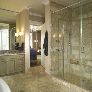 Diseño de cuarto de baño clásico con baldosas y/o azulejos de travertino