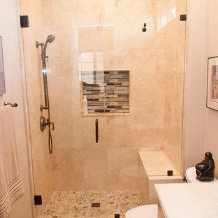 Foto de cuarto de baño con ducha, de estilo zen, pequeño, con armarios con paneles lisos, puertas de armario de madera clara, ducha empotrada, sanitario de dos piezas, baldosas y/o azulejos beige, baldosas y/o azulejos de porcelana, paredes beige, suelo de baldosas de porcelana, lavabo bajoencimera, encimera de cuarzo compacto, suelo beige y ducha con puerta con bisagras