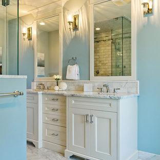 Ejemplo de cuarto de baño clásico con armarios con paneles empotrados, puertas de armario blancas y baldosas y/o azulejos blancos