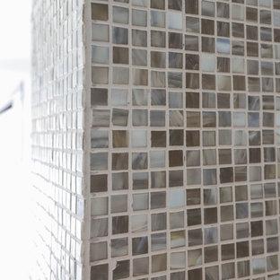 Klassisches Badezimmer En Suite mit weißer Wandfarbe, freigelegten Dachbalken, Holzwänden, flächenbündigen Schrankfronten, grauen Schränken, freistehender Badewanne, Duschnische, Toilette mit Aufsatzspülkasten, Keramikboden, Unterbauwaschbecken, Quarzit-Waschtisch, grauem Boden, Falttür-Duschabtrennung, weißer Waschtischplatte, Nische, Doppelwaschbecken und schwebendem Waschtisch in Sonstige