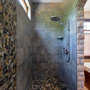 Imagen de cuarto de baño rústico con suelo de baldosas tipo guijarro y suelo de baldosas tipo guijarro