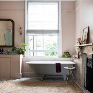 ロンドンのトラディショナルスタイルのおしゃれなマスターバスルーム (インセット扉のキャビネット、猫足浴槽、御影石の洗面台、ピンクの壁、モザイクタイル、アンダーカウンター洗面器、青い床) の写真