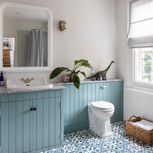 Ispirazione per una stanza da bagno per bambini chic con ante a filo, top in granito, ante blu, WC monopezzo, pareti bianche, pavimento con piastrelle a mosaico, lavabo da incasso, pavimento blu e top grigio