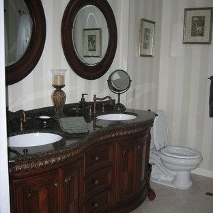 Foto di una stanza da bagno padronale vittoriana di medie dimensioni con ante con bugna sagomata, ante in legno bruno, WC a due pezzi, piastrelle nere, pareti beige, pavimento in gres porcellanato, top in granito e pavimento beige