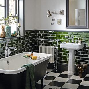 Esempio di una stanza da bagno vittoriana di medie dimensioni con vasca con piedi a zampa di leone, piastrelle verdi, piastrelle diamantate, pareti grigie, lavabo a consolle e pavimento multicolore