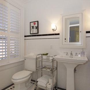 Idée de décoration pour une grande salle de bain victorienne pour enfant avec un lavabo de ferme, un combiné douche/baignoire, un WC séparé, un carrelage blanc, des carreaux de céramique, un mur blanc, une baignoire en alcôve et un sol en carrelage de terre cuite.