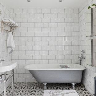Идея дизайна: ванная комната среднего размера в классическом стиле с отдельно стоящей ванной, белой плиткой, керамической плиткой, белыми стенами, полом из керамической плитки, стеклянными фасадами и консольной раковиной