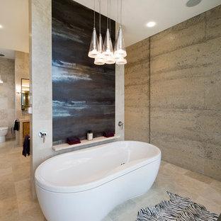 Ispirazione per una grande stanza da bagno padronale design con vasca freestanding, doccia doppia, WC monopezzo, ante lisce, ante in legno scuro, piastrelle beige, piastrelle in travertino, pareti beige, pavimento in travertino, lavabo rettangolare e top in pietra calcarea