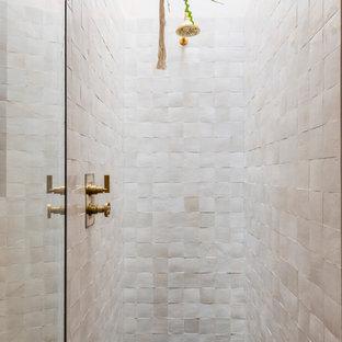 Foto de cuarto de baño industrial con suelo de piedra caliza, suelo negro, ducha con puerta con bisagras y baldosas y/o azulejos rosa