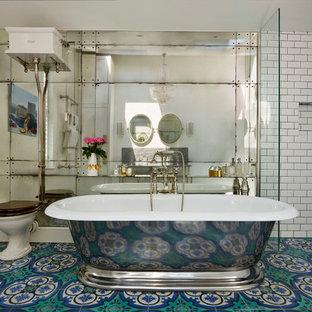 Bild på ett stort vintage en-suite badrum, med ett undermonterad handfat, ett fristående badkar, en dusch i en alkov, en toalettstol med hel cisternkåpa, flerfärgad kakel, cementkakel, vita väggar och mosaikgolv