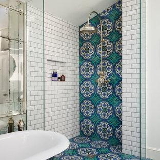 Новые идеи обустройства дома: главная ванная комната в викторианском стиле с разноцветной плиткой, открытым душем, бирюзовым полом и открытым душем