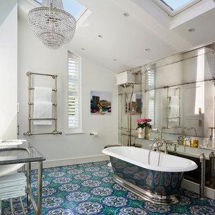 Exempel på ett klassiskt en-suite badrum, med ett fristående badkar, flerfärgad kakel, vita väggar och turkost golv