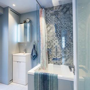 Diseño de cuarto de baño tradicional renovado, pequeño, con bañera japonesa, baldosas y/o azulejos grises, baldosas y/o azulejos de cemento, paredes grises, suelo de madera pintada y suelo blanco