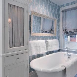 Ejemplo de cuarto de baño infantil, clásico, de tamaño medio, con bañera con patas, paredes azules, lavabo con pedestal, baldosas y/o azulejos grises, baldosas y/o azulejos en mosaico y suelo de mármol