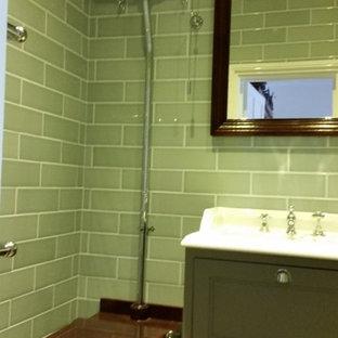 Idee per una piccola stanza da bagno padronale vittoriana con consolle stile comò, ante verdi, zona vasca/doccia separata, piastrelle verdi, piastrelle in ceramica, pavimento con piastrelle in ceramica e pavimento marrone