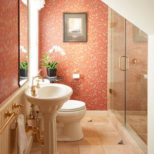 Esempio di una stanza da bagno vittoriana di medie dimensioni con WC a due pezzi, piastrelle arancioni, piastrelle di marmo, pareti arancioni, pavimento in marmo, lavabo a colonna e pavimento arancione