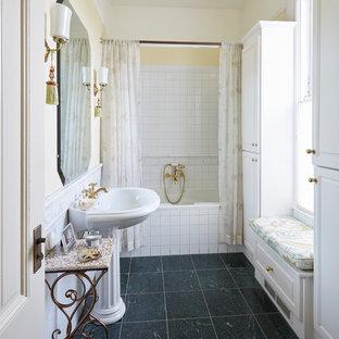 Immagine di una stanza da bagno padronale vittoriana di medie dimensioni con ante con riquadro incassato, ante bianche, vasca ad alcova, vasca/doccia, piastrelle bianche, piastrelle in ceramica, pareti gialle, pavimento in marmo, lavabo a colonna, pavimento verde e doccia con tenda