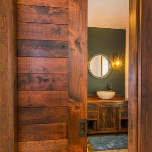 他の地域の小さいエクレクティックスタイルのおしゃれな浴室 (ベッセル式洗面器、フラットパネル扉のキャビネット、濃色木目調キャビネット、木製洗面台、ベージュのタイル、緑の壁、セラミックタイルの床) の写真