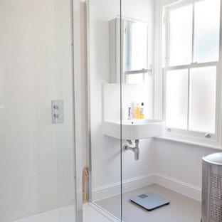 Esempio di una piccola stanza da bagno con doccia minimal con ante di vetro, ante bianche, doccia aperta, piastrelle bianche, piastrelle in gres porcellanato, pareti grigie, pavimento in linoleum e lavabo sospeso