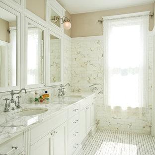 Imagen de cuarto de baño clásico con baldosas y/o azulejos de mármol