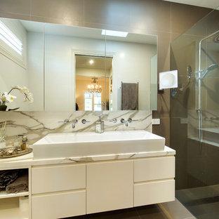 Diseño de cuarto de baño principal, tradicional, de tamaño medio, con lavabo sobreencimera, puertas de armario blancas, encimera de mármol, ducha doble, baldosas y/o azulejos marrones, baldosas y/o azulejos de cerámica, paredes blancas y suelo de baldosas de cerámica