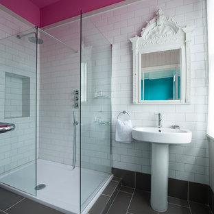 Idee per una piccola stanza da bagno padronale eclettica con lavabo a colonna, ante lisce, doccia aperta, WC a due pezzi, piastrelle bianche, piastrelle in ceramica, pareti grigie e pavimento con piastrelle in ceramica
