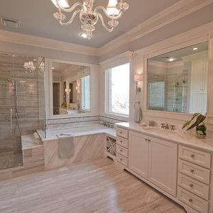 Foto di una stanza da bagno padronale tradizionale di medie dimensioni con lavabo sottopiano, ante in stile shaker, ante bianche, top in marmo, vasca sottopiano, piastrelle grigie, pareti blu, pavimento in travertino e piastrelle in travertino