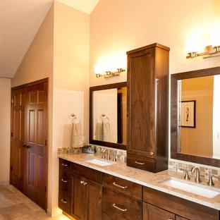 Großes Uriges Badezimmer En Suite mit Unterbauwaschbecken, offener Dusche, grauen Fliesen, Steinfliesen und weißer Wandfarbe in Seattle