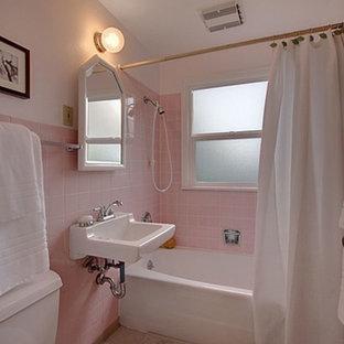 Diseño de cuarto de baño minimalista con baldosas y/o azulejos rosa