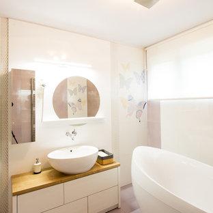 Imagen de cuarto de baño principal, ecléctico, de tamaño medio, con armarios tipo mueble, puertas de armario blancas, bañera exenta, ducha empotrada, sanitario de una pieza, baldosas y/o azulejos blancos, baldosas y/o azulejos de porcelana, paredes púrpuras, suelo de baldosas de porcelana, lavabo encastrado, encimera de madera, suelo violeta, ducha con puerta con bisagras y encimeras marrones