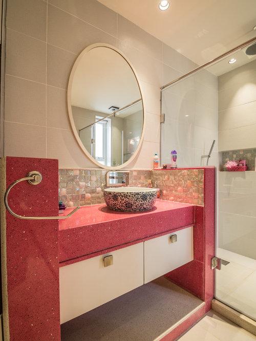 Salle de bain avec un plan de toilette rose photos et for Plan salle de bain douche