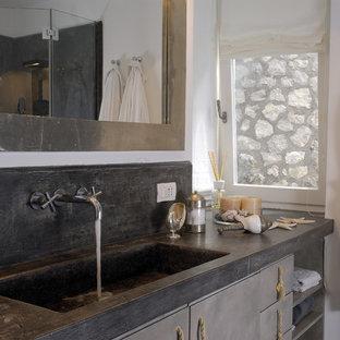 Idee per una stanza da bagno con doccia mediterranea con lavabo integrato, ante lisce, ante grigie, top in cemento e pareti bianche