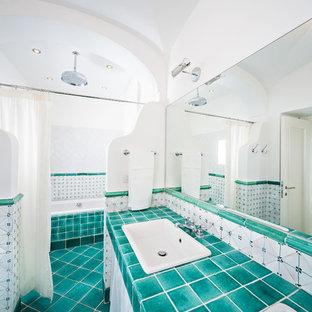 Ispirazione per una grande stanza da bagno mediterranea con lavabo da incasso, top piastrellato, vasca ad alcova, doccia aperta, piastrelle verdi, piastrelle in ceramica, pareti bianche, pavimento con piastrelle in ceramica e doccia con tenda