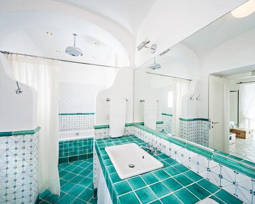 modelo de cuarto de bao mediterrneo grande con lavabo encastrado encimera de azulejos