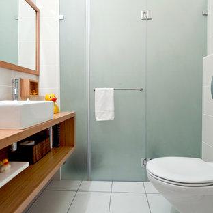 Inspiration för moderna badrum, med ett fristående handfat och en vägghängd toalettstol