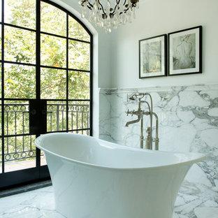 Diseño de cuarto de baño mediterráneo con bañera exenta, baldosas y/o azulejos blancos y baldosas y/o azulejos de mármol