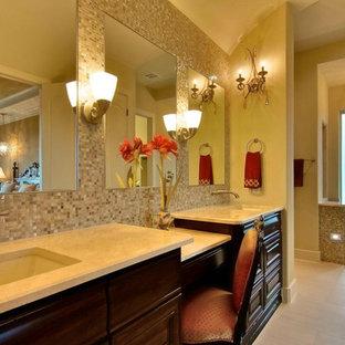 Idee per una grande stanza da bagno padronale mediterranea con lavabo sottopiano, ante a filo, ante in legno bruno, piastrelle marroni, piastrelle a mosaico, pareti beige, pavimento in travertino e top in marmo