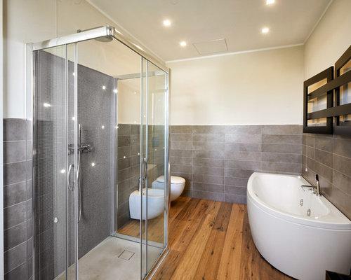 Stanza da bagno con piastrelle grigie e pareti beige foto idee